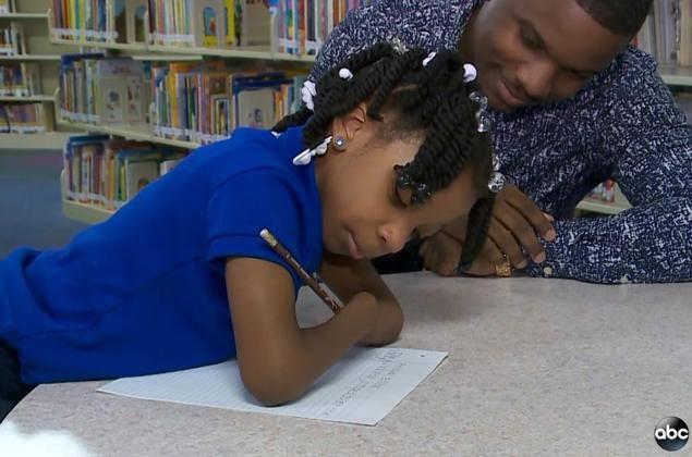 Une petite fille sans mains remporte un concours d'écriture