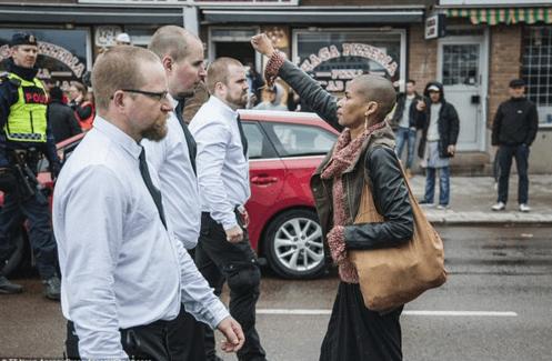 La photo d'une femme noire défiant 300 néo-nazis suédois
