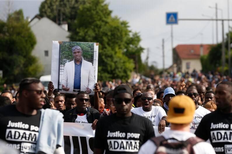 Une marche blanche en mémoire d'ADAMA TRAORE, le 22 juillet à Beaumont-sur-Oise - Crédit Photo : Thomas SAMSON/AFP